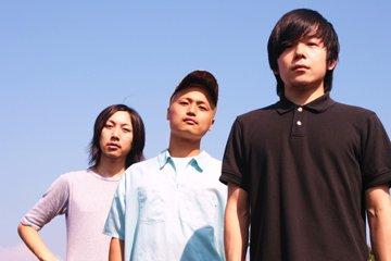 L→R 佐藤裕介(Ba&Cho)、松本聖志(Dr)、三浦健太郎(Gu&Vo)