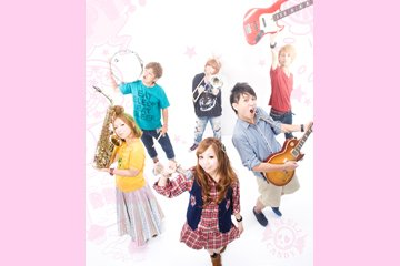 写真中央より時計回り MAKI(Vo)、AYAKA(Sax)、36(Dr)、USSHIー(Trombone)、GEORGE(Ba)、TATSUYA(Gu)