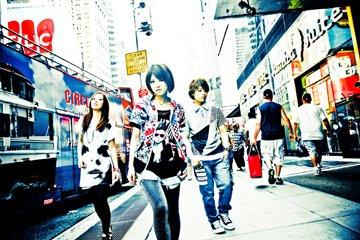 L→R NOHANA(Ba)、AIMI(Vo&Gu)、SHIHO(Dr)