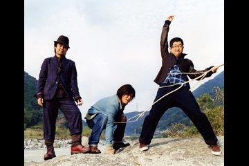 L→R 近藤洋一(ベースとコーラス)、木内泰史(ドラムスとコーラス)、山口 隆(唄とギター)