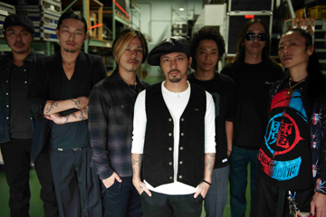 L→R BOTS(Turntable)、ATSUSHI(Dancer)、桜井 誠(Dr)、Kj(Vo&Gu)、DRI-V(Dancer)、HIROKI(Gu)、IKuZoNE(Ba)