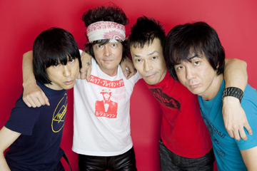 L→R 甲本ヒロト(Vo)、真島昌利(Gu)、小林 勝(Ba)、桐田勝治(Dr)