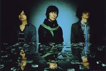 L→R 山口大吾(Dr)、波多野裕文(Vo&Gu)、福井健太(Ba)