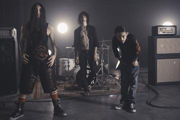 L→R KenKen(Ba)、金子ノブアキ(Dr)、JESSE(MC&Gu)