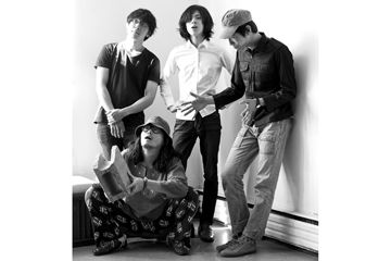 L→R カワノケンタ(Dr)、ツダフミヒコ(Ba)、タカハシヒョウリ(Vo&Gu)、カメダタク(Key)