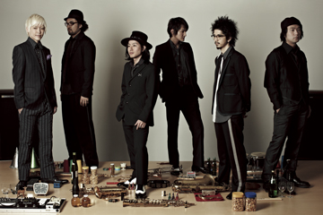 L→R SAITARO(Ba)、秀一(Gu)、sasaji(Vo)、ken iikawa(Tr)、kj(Sax)、PxOxN(ポン)(Dr)