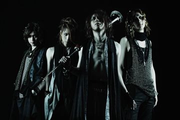 L→R ZERO(Ba)、TSUKASA(Dr)、HIZUMI(Vo)、Karyu(Gu)