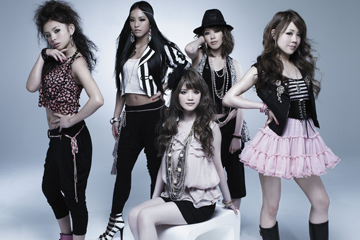 L→R 山下詩織(Dancer)、大門弥生(Dancer)、高田由香(Vo)、小谷麻梨香(Dancer)、小林愛美(Dancer)