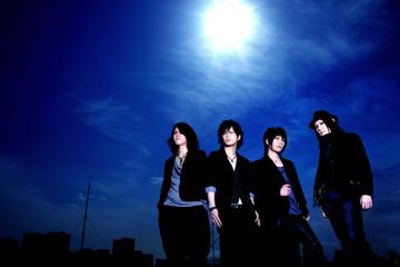 L→R 愁(Ba)、左迅(Vo)、Яyo(Dr)、弐(Gu)