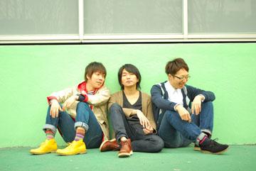 L→R 小倉範彦(Dr)、山岸賢介(Vo&Gu)、ピストン大橋(Ba)