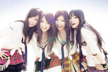 L→R RINA(Dr&Vo)、HARUNA(Vo&Gu)、TOMOMI(Ba&Vo)、MAMI(Gu&Vo)