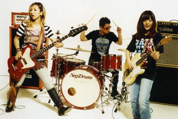 L→R アッコ(Ba&Vo)、ターキー(Dr&Vo)、ユウ(Gu&Vo)
