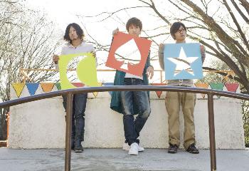 L→R 森西亮太(Dr)、小西透太(Vo&Gu)、イッペイ(Ba)