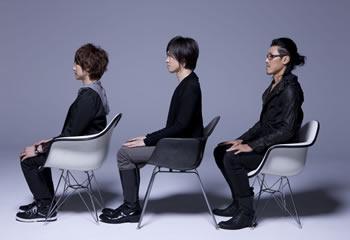 L→R 藤戸じゅにあ(Vo&Gu&Sampling)、中沢大介(Base Line)、池橋壮一(Gu)