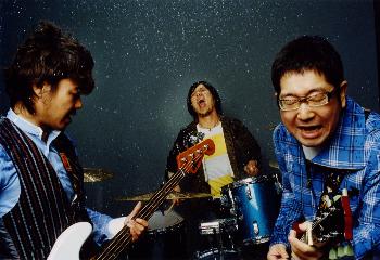 L→R 近藤洋一(Ba)、木内泰史(Dr)、山口 隆(Vo&Gu)