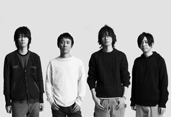 L→R 増川弘明(Gu)、升 秀夫(Dr)、藤原基央(Vo&Gu)、直井由文(Ba)