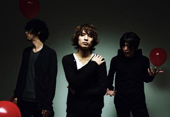 L→R 鈴木貴雄(Dr)、斎藤宏介(Vo&Gu)、田淵智也(Ba)