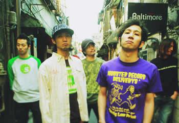 L→R K-zoo(Ba)、一成(Vo)、サブ(Dr)、tommy(Vo)、Wakai(Gu)