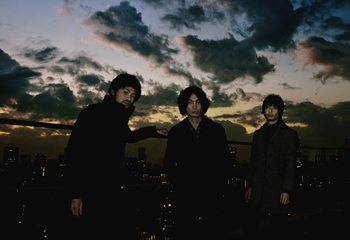 L→R 森田ケーサク(Dr)、氏原ワタル(Vo&Gu)、赤塚ヤスシ(Ba)