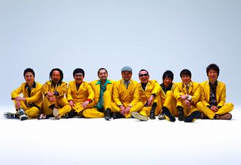 写真左から、NARGO(Tp)、北原雅彦(Tb)、GAMO(Ts)、谷中 敦(Bs)、沖 祐市(Key)、川上つよし(Ba)、加藤隆志(Gu)、大森はじめ(Per)、茂木欣一(Dr)