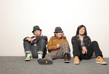 L→R 近藤洋一(Ba)、山口 隆(Vo&Gu)、木内泰史(Dr)