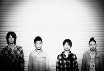 L→R 吉田昇吾(Dr)、佐藤将文(Gu&Cho)、谷川正憲(Vo&Gu)、谷 浩彰(Ba&Cho)