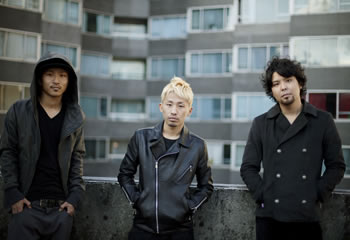 L→R DJ TSUNE(DJ&BEATMAKING)、BABE.RYOTA(MC&TRACK MAKER)、Sun-High(Vo&MC)