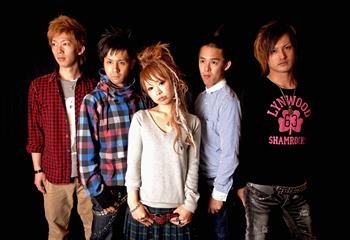 L→R SO(Gu)、taishi.(Dr)、mamiko(Vo)、820(Ba)、kouta(Gu)