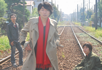 L→R ピストン大橋(Ba&前説)、山岸賢介(Vo&Gu&Piano)、小倉範彦(Dr&アート)