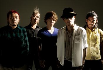 L→R GOT'S(Ba)、IWASAKI(Dr)、KEIGO(Vo)、KOHSHI(Vo)、TAKE(Gu)