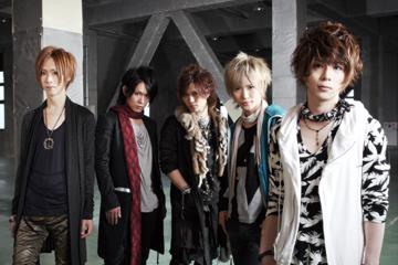 L→R インテツ(Ba)、タケヒト(Gu)、ケンゾ(Dr)、夢人(Gu)、葵(Vo)