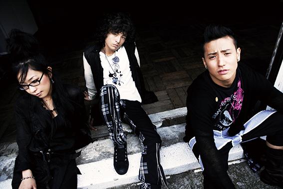 L→R SATOKO(Dr&Vo)、JUON(Vo&Gu)、JOE(Ba&Vo)