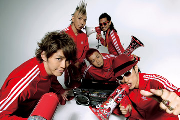 L→R KEIGO(Vo)、IWASAKI(Dr)、GOT'S(Ba)、TAKE(Gu)、KOHSHI(Vo)