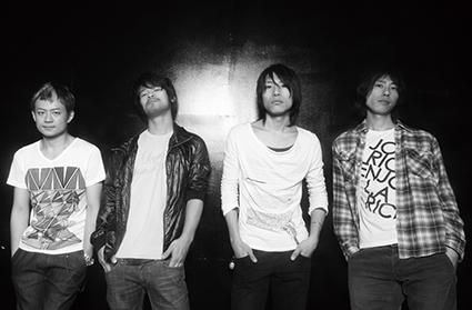 L→R 合田 悟(Ba)、石川 龍(Dr)、小高芳太朗(Vo&Gu)、山下 壮(Gu)