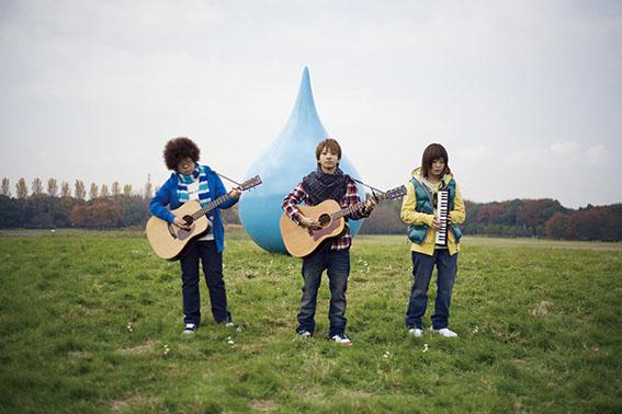 L→R 恵梨香(Cho&Gu)、千晶(Vo&&Gu)、愛美(Cho&Harp&鍵盤ハーモニカ)