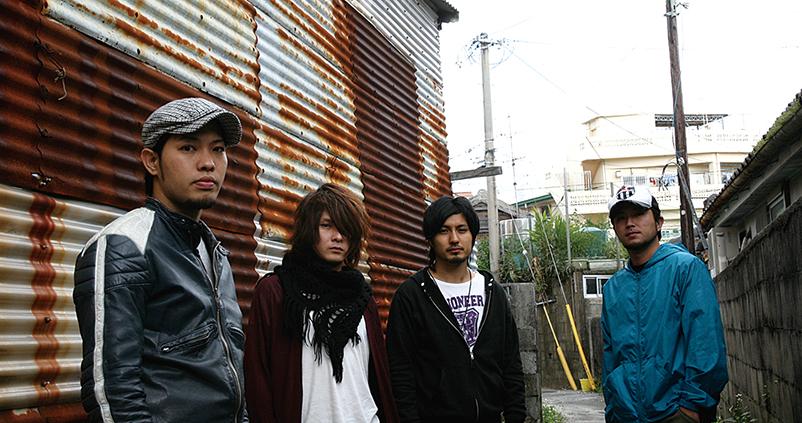 L→R 前川真悟(Vo&Ba)、新屋行裕(Gu)、宮平直樹(Gu)、中村洋貴(Dr)