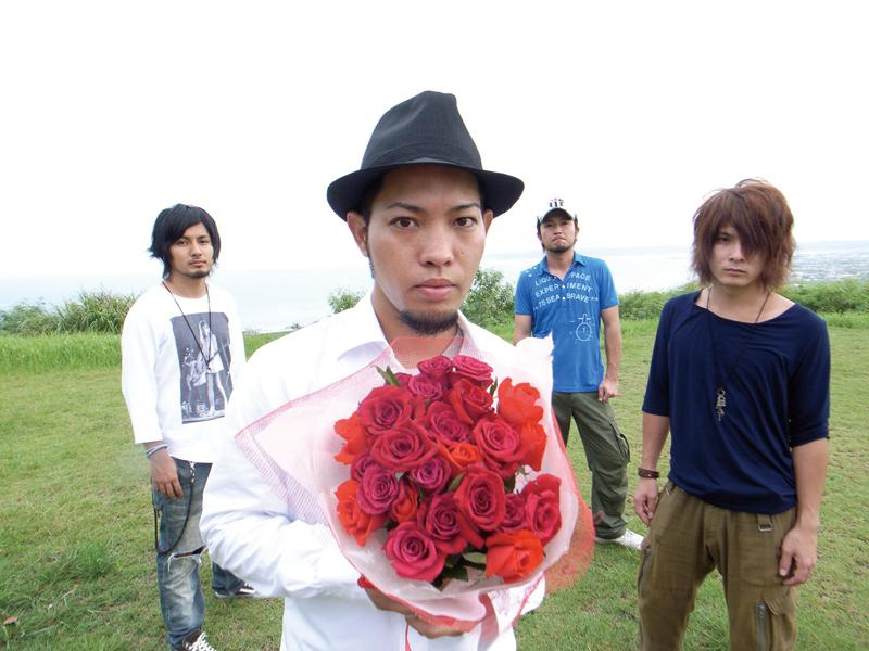 L→R 宮平直樹(Gu)、前川真悟(Vo&Ba)、中村洋貴(Dr)、 新屋行裕(Gu)