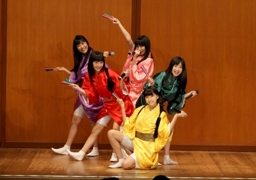 桃黒亭一門、鈴本演芸場にサプライズ出演、新曲「ニッポン笑顔百景」を熱唱