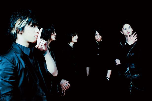 L→R Taka(Vo)、Ryota(Ba)、Tomoya(Dr)、Toru(Vo&Gu)、Alex(Gu)