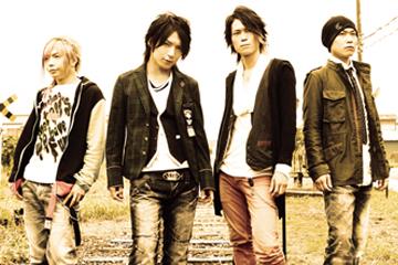 L→R KURO(Ba)、MASA(Vo)、YUKI(Gu)、TAKUYA(Dr)
