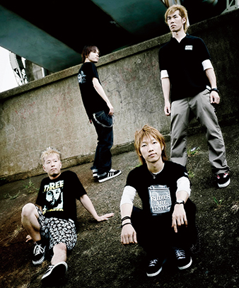 L→R AKIHIKO(Dr)、TETSUNAR(I Gu)、KEIT(Vo&Gu)、TOHRU(Ba)