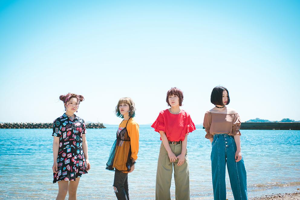 L→R 茄子川(Dr)、中西詠美(Gu)、鈴木奈津美(Vo)、内田愛子(Ba)