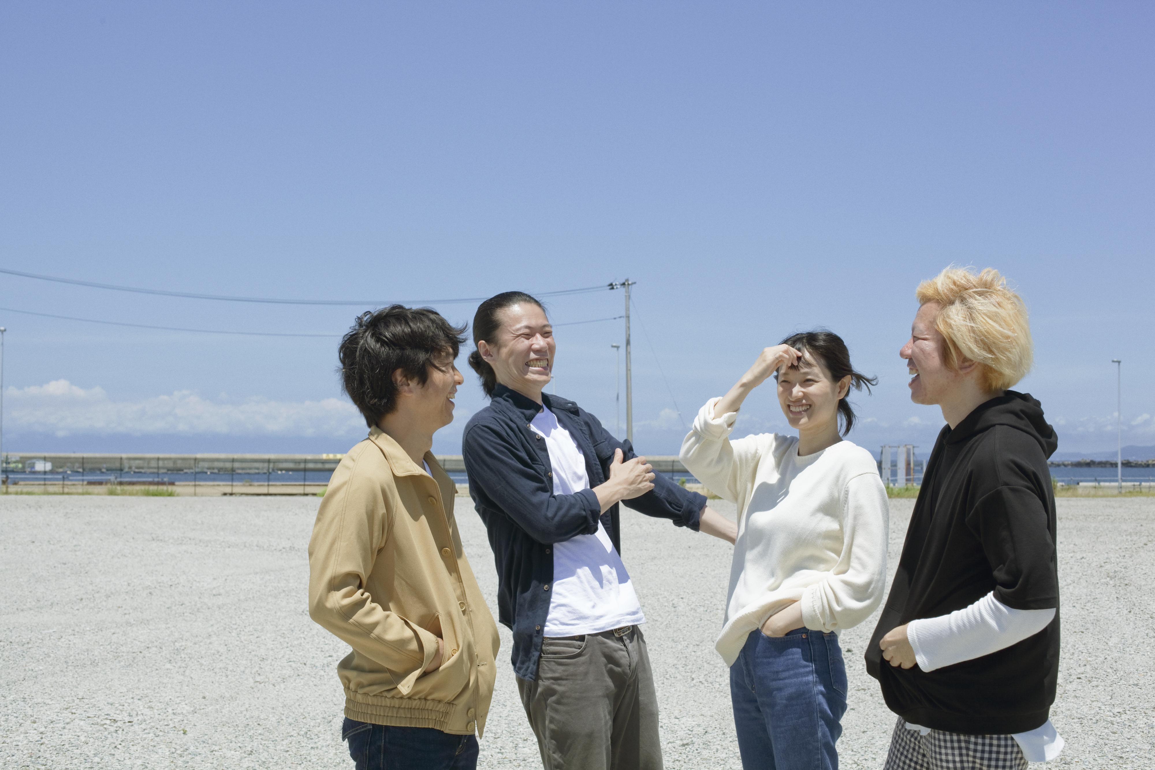 L→R 笈川 司(Gu)、旭 司(Ba)、すずきゆきこ(Vo&Gu)、ヤマダヨウイチ(Dr)