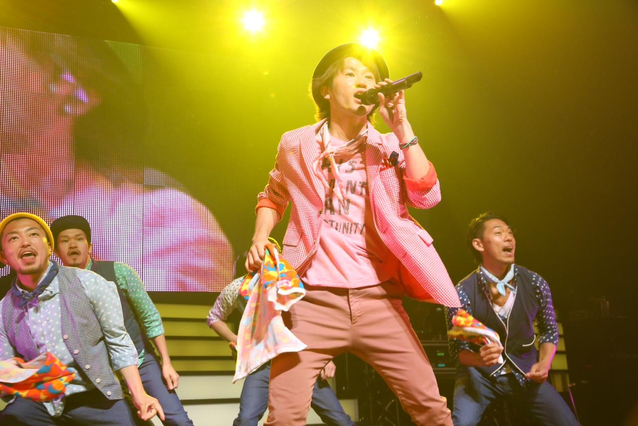 ライブで歌うナオト・インティライミ(ピンク衣装)