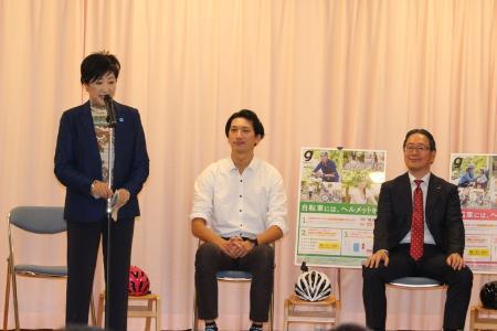 (左から)小池百合子東京都知事、REN氏、au損害保険株式会社代表取締役社長の遠藤隆興氏