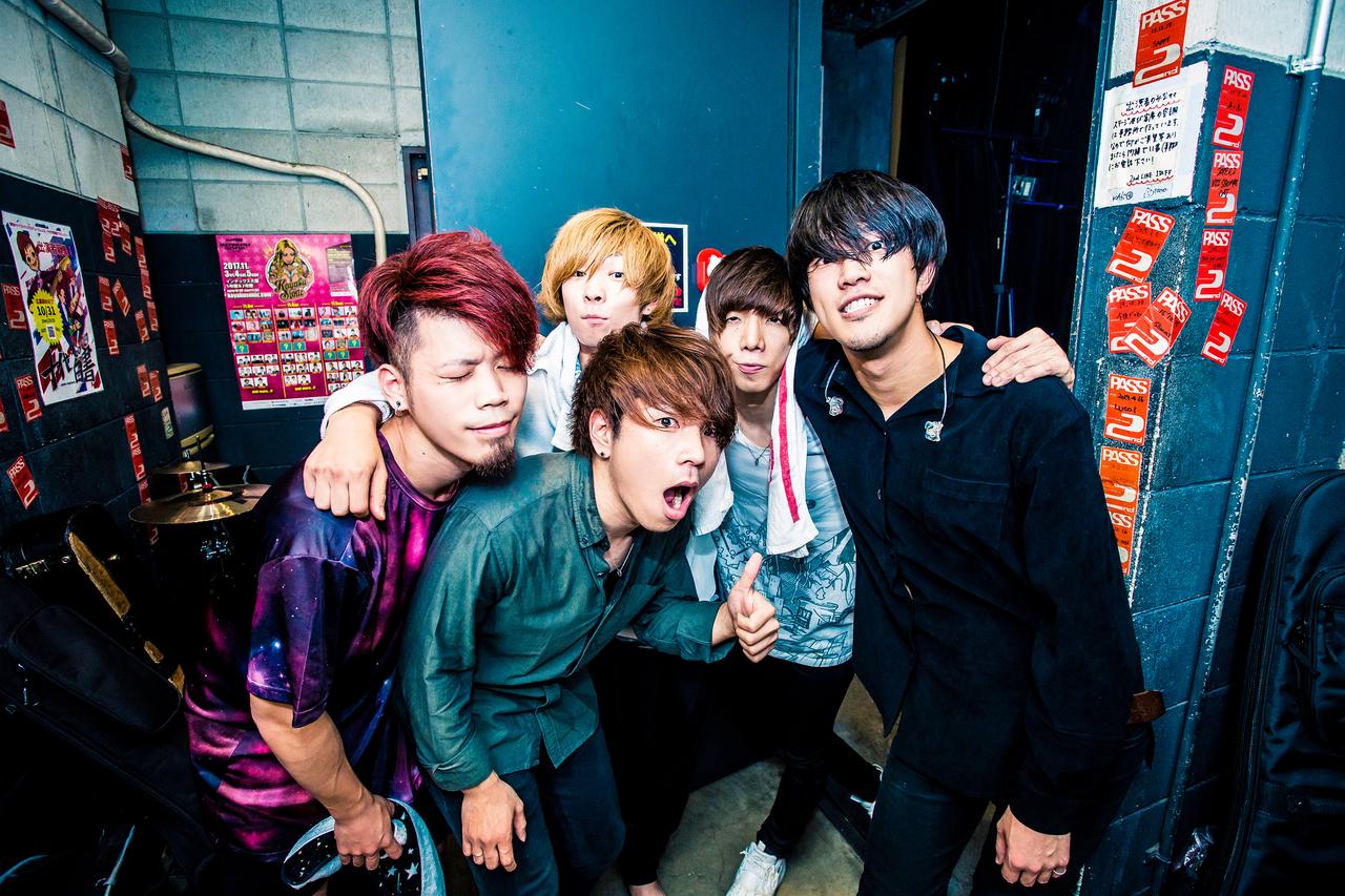 L→R Natsuki(Dr)、まーきー(Gu)、Daiki(Vo&Gu)、しゅうま(Ba)、ISATO(Vo)