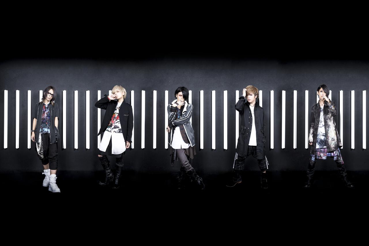 L→R 海(Gu)、瑠伊(Ba)、智(Vo)、Tohya(Dr)、Yuh(Gu)