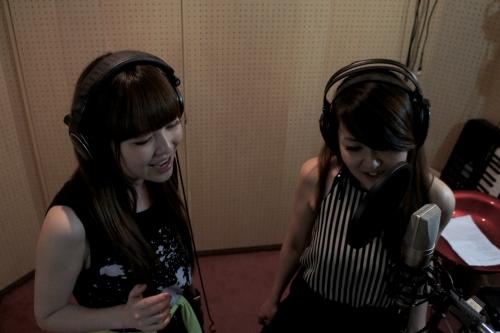 デュエット新曲をレコーディングした、川田まみ(右)と黒崎真音