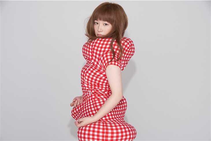 YUKI、最新アーティスト写真とシングルコレクション&ライブビデオのジャケット写真を公開!