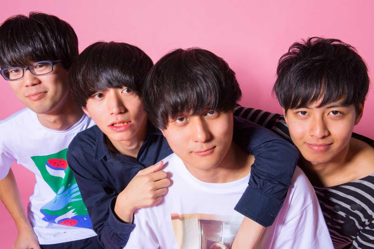 L→R 木島(Dr)、でらし(Ba&Cho)、ムツムロ アキラ(Vo&Gu)、吉野エクスプロージョン(Gu&Cho)